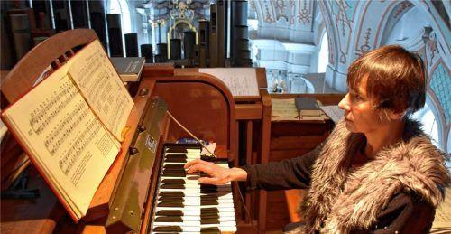 Organistin Maria Blank spielt auf der alten Orgel. Foto Wunderlich