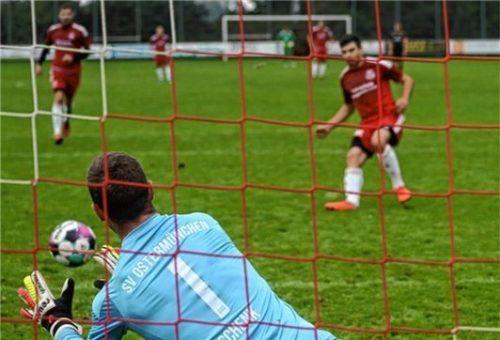 Ostermünchens Hannes Schenk ahnte beim Elfer von Kazim Gökce die Ecke, der Ball landete aber doch im Tor.