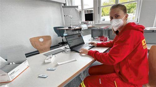 PCR-Tests gibt es vorläufig nur bei der DLRG, wo Emily Frick alles für die Arbeit vorbereitet hat. Wer einen PCR-Test braucht, muss tief in die Tasche greifen. Bei der DLRG kostet der Abstrich 80 Euro, Schnelltests sind billiger zu haben. Foto  Landratsamt