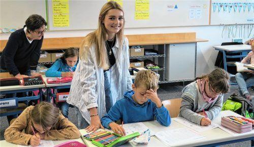 Romina Eifert (vorn) macht die Arbeit mit den Schulkindern Spaß – Rektorin Arabella Quiram (im Hintergrund) ist begeistert von dem Modell eines Freiwilligen Sozialen Jahres an der Grundschule.Foto  Baumann