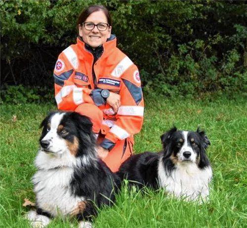 Sabine Kriechbaumer mit ihren Rettungshunden Amy (rechts) und Toby. Sie halfen bei der Großsuche nach der vermissten Julia im Böhmerwald.Foto Kriechbaumer
