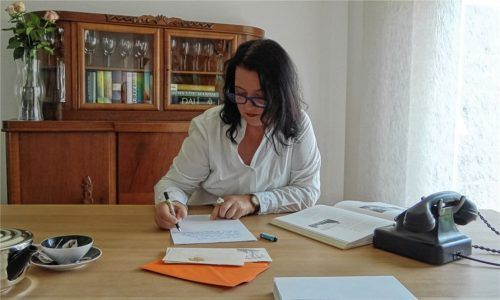 Schreibt selbst gerne Briefe per Hand und will mit ihren Seminaren auch andere Menschen dafür begeistern: Ursula Hendrich aus Kolbermoor. Foto re