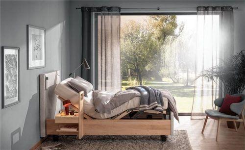 Sicherheit in jedem Alter: Wenn die Beweglichkeit eingeschränkt ist, ermöglicht ein Bett mit motorisierter Verstellung das eigenständige Wohnen. Fotos djd/Rummel Matratzen