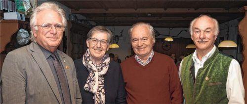 Sie haben die traurige Pflicht, den BSV Mühldorf-Altötting aufzulösen: Die Liquidatoren (von rechts) Erich Brunnhuber, Wilhelm Schmid und Annemarie Gradl mit Mühldorfs BLSV-Vorsitzendem Erwin Zeug.Foto  Bartschies
