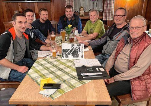 Sieben Männer, eine Idee, eine gemeinsame Aufgabe: (von links) Marinus Rumpel, Thomas Krapichler, Tobias Schwegler sowie Hans Stürzer, Michael Greiner, Florian Kusterer und Reinhard Geigerseder bereiten das Herbstfest vor.Foto  Neuwirth