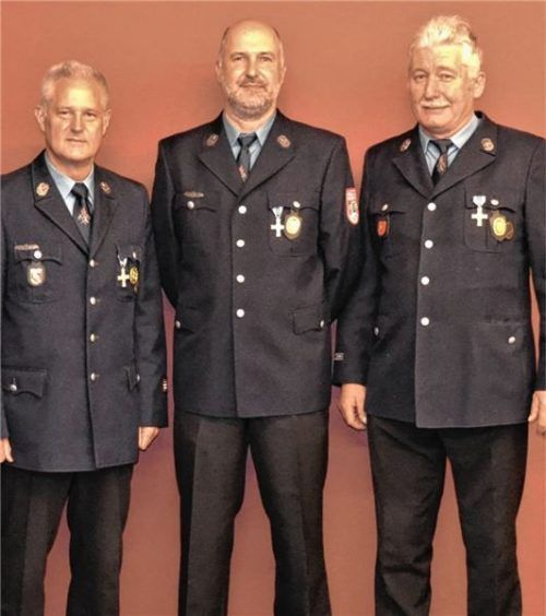 Sind aus dem Vorstand und der Fahnenabordnung der Feuerwehr ausgeschieden: Josef Schmid, Schriftführer, Franz Mayer sowie Kassier und Fähnrich Anton Meindl (von links). Fotos  Rampl