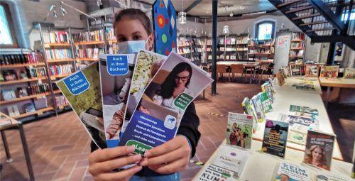 So sehen die Flyer für die E-Book-Ausleihe aus, die Emma präsentiert. Die Jugendliche hilft jeden Freitag in der Bücherei mit. Foto  Enzinger