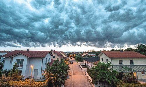 Stürme und Regen sind typisch für den Herbst und sorgen immer wieder für Schäden an Haus und Garten. Foto Armin Weigel/dpa