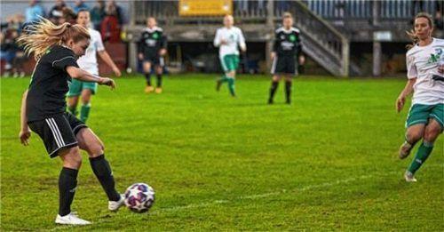 Torjägerin Theresa Eder erzielt hier das 1:0. Foto Dirk Habermann