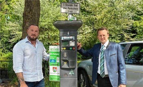 Über die häufige Nutzung der Parkschein-App freuen sich (von links) Martin Haas, Leiter des städtischen Ordnungsamtes, und Bürgermeister Stephan Schlier. Foto RE