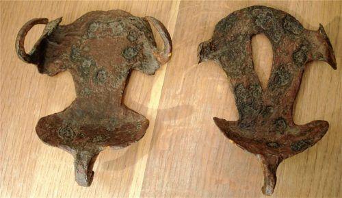 Vor- und Rückseite der Hipposandale, die in der Römerzeit als Hufschutz für Pferde diente.Foto  Graichen