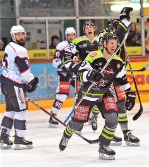 Vor vier Jahren spielte Jussi Nättinen (vorne) noch für Rosenheim. In dieser Saison schnürt der Finne seine Schlittschuhe für Landsberg. Foto  Hans-Jürgen Ziegler