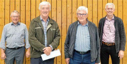 Vorsitzender Georg Bogner (links) und Bürgermeister Georg Auer (rechts) gratulieren den langjährigen Mitgliedern Benno Fenninger (Mitte links) und Jürgen Fiebiger.Foto  Huber