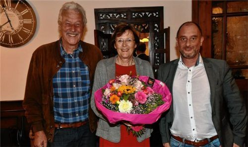 Wechsel an der Spitze des SPD-Ortsvereins Erlenau: Gabriele Leicht (Mitte) mit dem neuen Vorsitzenden Thomas Frank (rechts) und dem ehemaligen SPD-Stadtrat Rüdiger Mauler. Foto Schlecker