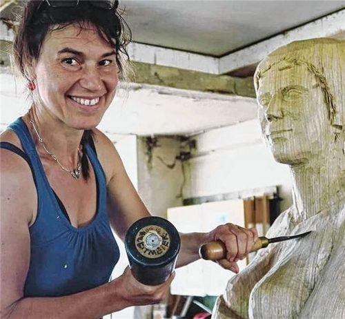 Weibliche und männliche Akte sind häufig das Motiv der überlebensgroßen Holzskulpturen von Bildhauerin Martina Kreitmeier. Foto privat