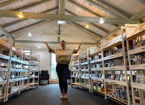 Willkommen in der künftigen Leselounge der Gemeindebücherei. Leiterin Lena Reichl möchte unterm Dach des denkmalgeschützten Gebäudes einen gemütlichen Raum zum Verweilen schaffen. Hier soll künftig die schöngeistige Literatur im Ambiente von Sesseln und kleinen Tischen mit Leselampen angeboten werden. Foto  Gerlach