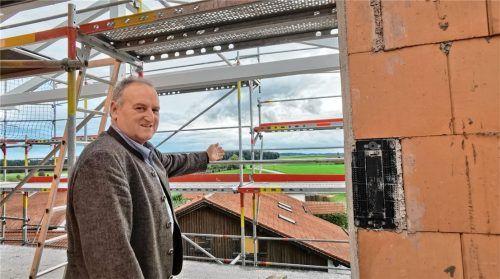 """Wohnraum für einkommensschwächere Paare und Familien schafft die Gemeinde Schönberg gerade. """"Bei klarem Wetter mit bester Aussicht auf die Berge"""", sagt Bürgermeister Alfred Lantenhammer beim Ortstermin.Foto Enzinger"""