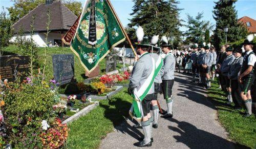 Zu einem letzten ehrenden Gruß senkte sich die Fahne beim Trachtenjahrestag in Reichertsheim. Foto Grundner