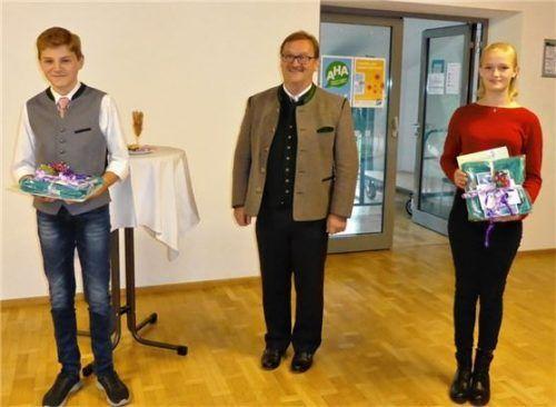 Zu ihren musikalischen Erfolgen gratulierte Bürgermeister Gerhard Wirnshofer (Mitte) den Preisträgern Andreas Lex und Franziska Beisse. Foto Müller